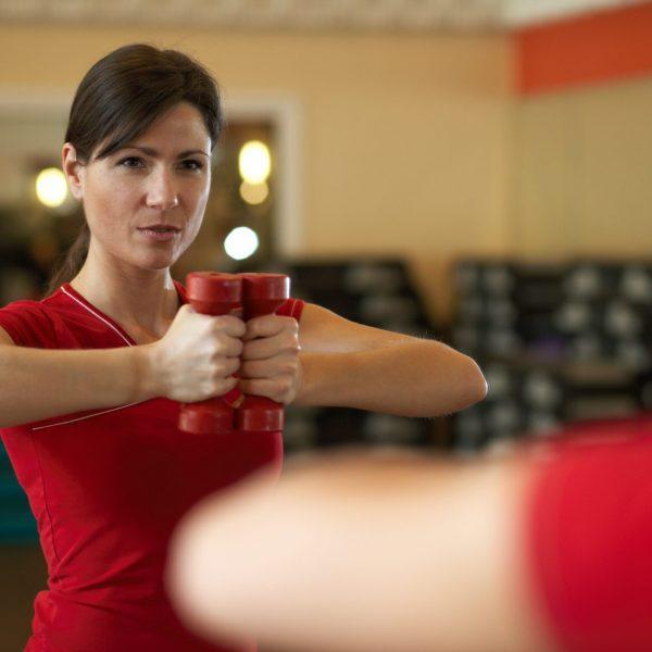 Erwachsene Frau im Fitnessstudio